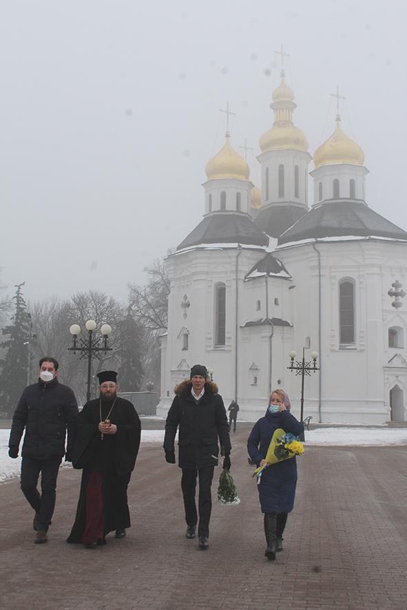 Покладанням квітів та молебнем відзначили День Соборності України у Чернігові (Фото)
