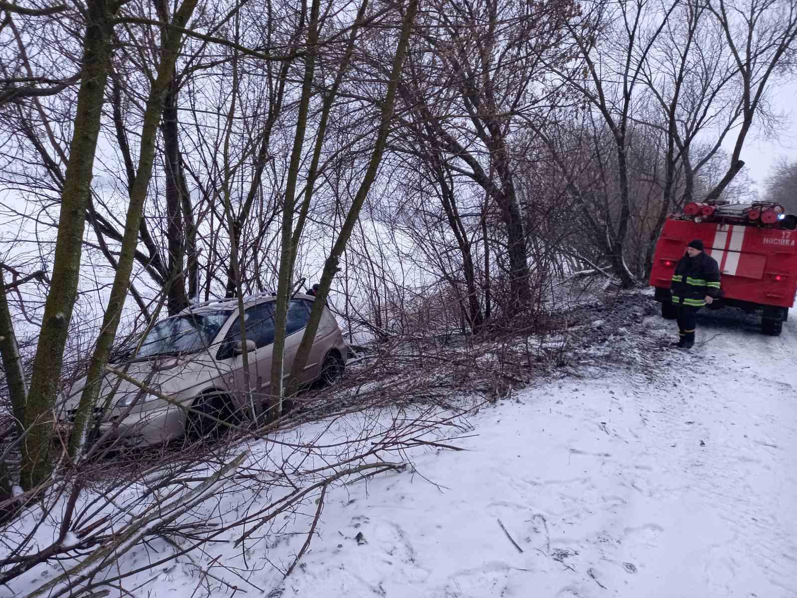 Рятувальники Чернігівщини допомагають водіям вибратися із снігових заметів (Фото)