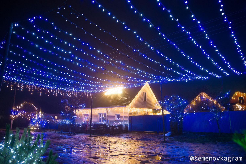 У Семенівці чоловік прикрасив вулицю святковими ліхтарями (Фотофакт)