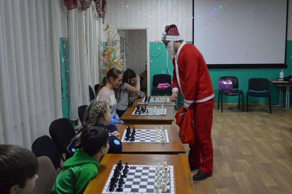 Дід Мороз і Снігуронька провели сеанс одночасної гри в шахи (Фото)