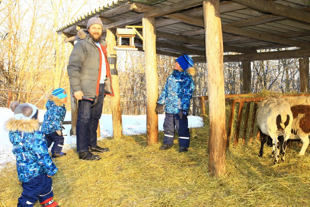 Сімейна справа: житель Чернігівщини подарував 4 будиночки крилатим (Фото)