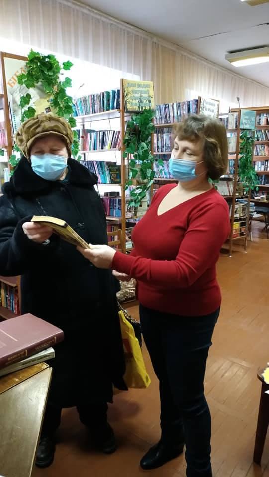 У бібліотеці на Чернігівщині читачам дарували книжки (Фото)