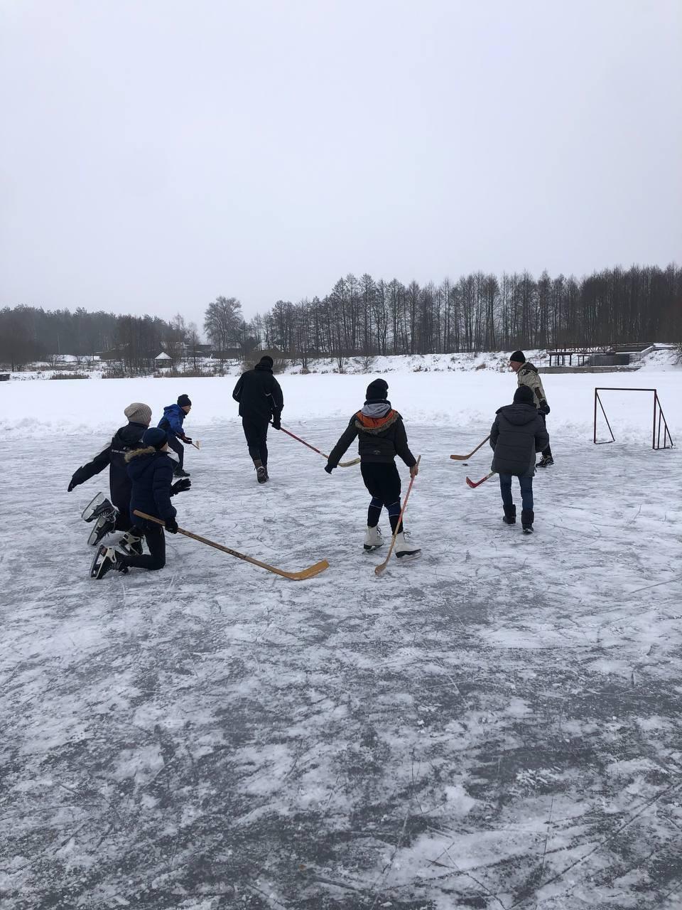 Озеро на Чернігівщині стало хокейним майданчиком (Фото)