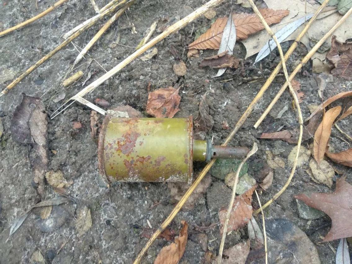 На Всіхсвятській у Чернігові перехожий знайшов гранату (Фото)