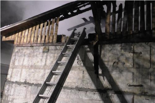 Чернігівські надзвичайники ліквідували пожежу прибудови до складської будівлі (Фото)