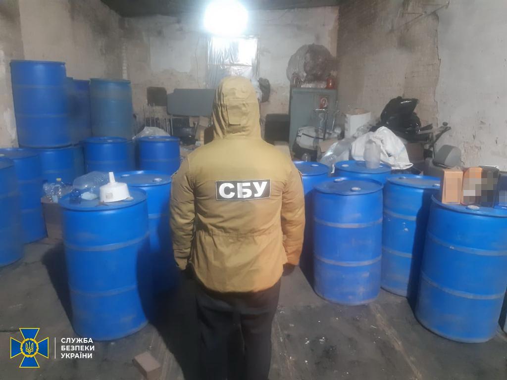 У Чернігові СБУ викрила підпільні цехи з виробництва контрафактного алкоголю та антисептиків (Фото)