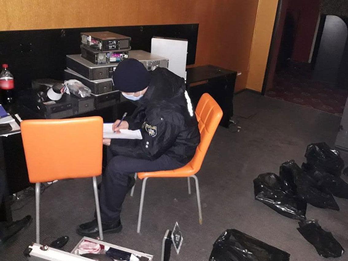 У спальному районі Чернігова поліцейські викрили підпільний гральний заклад (Фото)