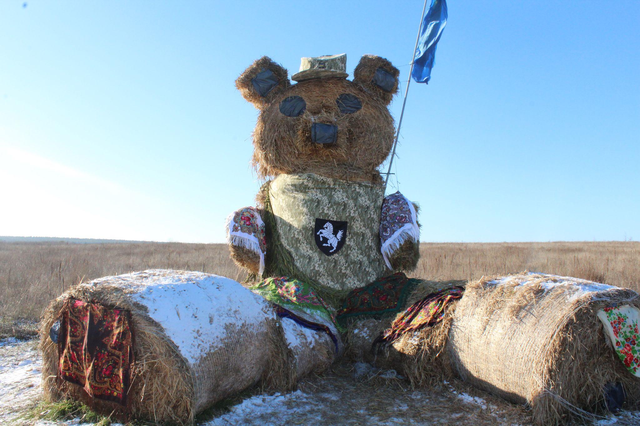 Патріотичний солом'яний ведмедик уже пів року радує жителів і гостей Гончарівської громади (Фото)