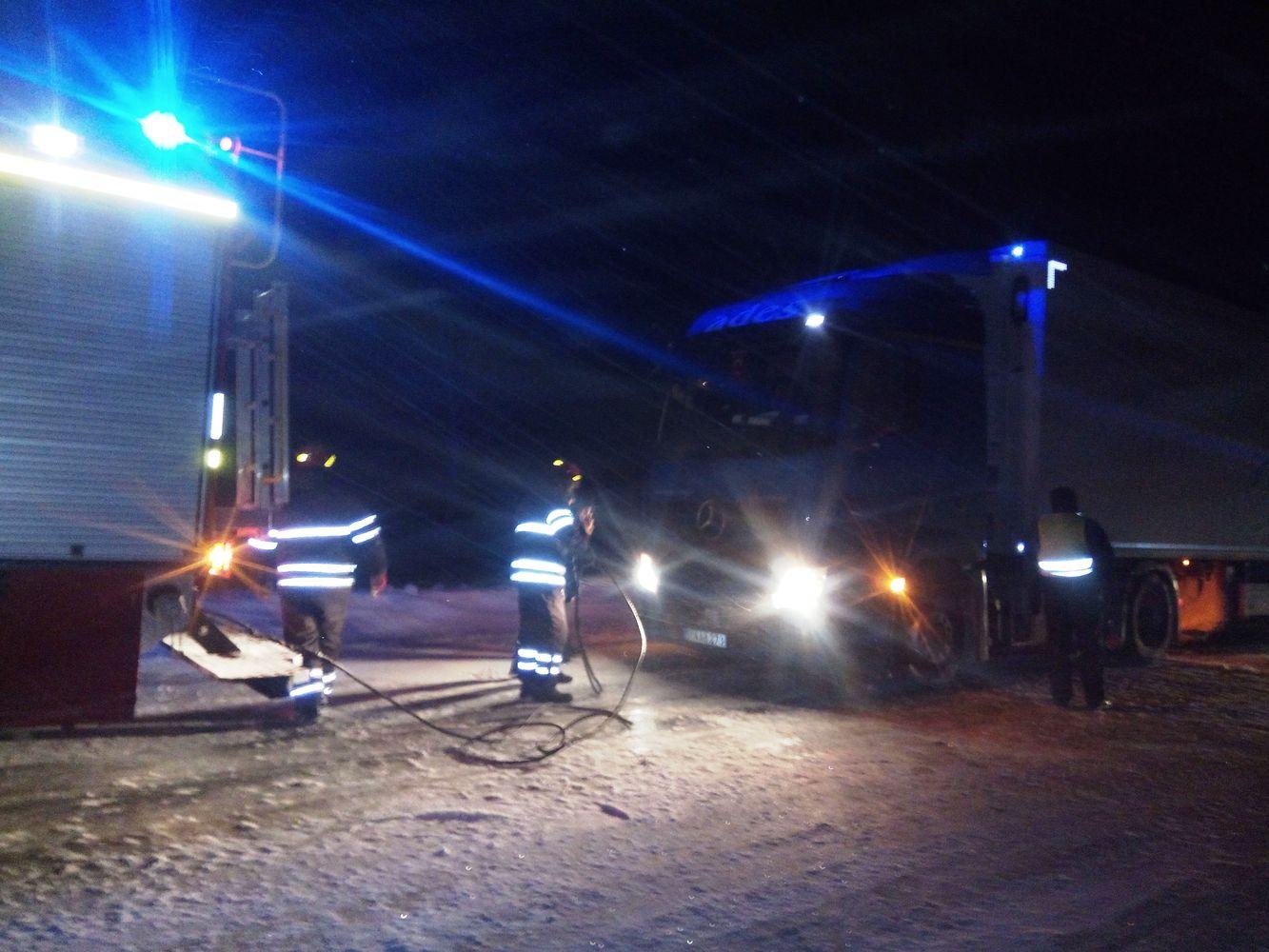 Чернігівські надзвичайники допомагають водіям, які потрапили на складні ділянки доріг (Фото)