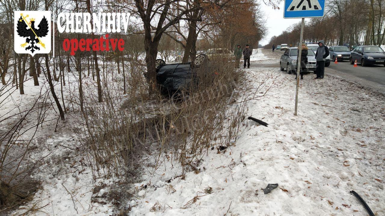 На Кільцевій у Чернігові перекинулася автівка (Фотофакт)