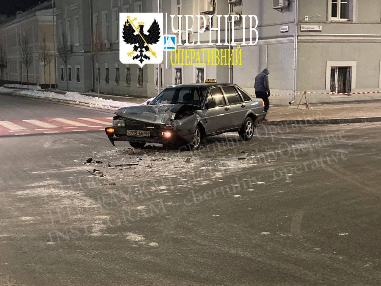 Біля міськради у Чернігові сталася ДТП (Фото, відео)