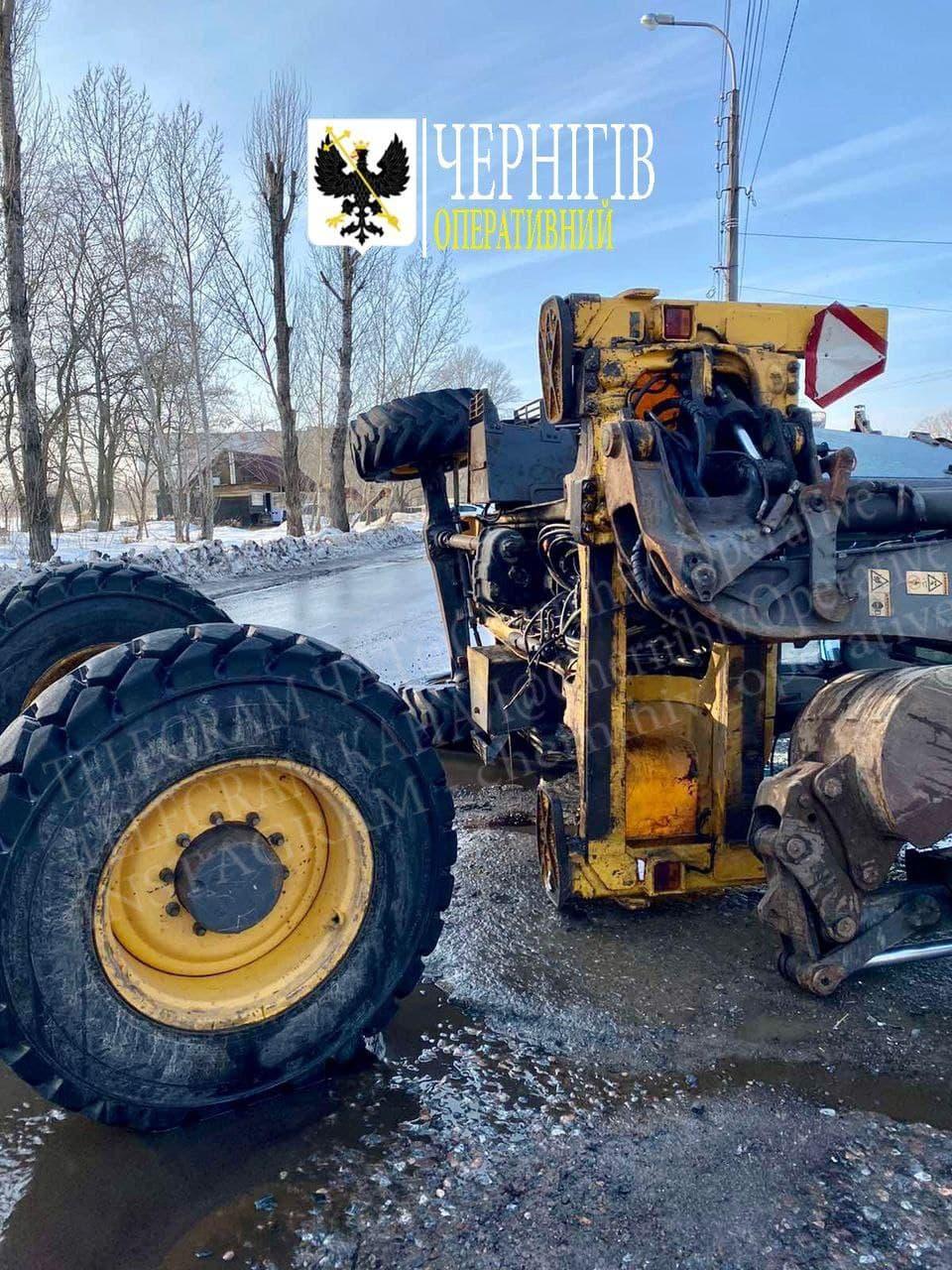 На Любецькій у Чернігові перевернувся екскаватор (Фотофакт)