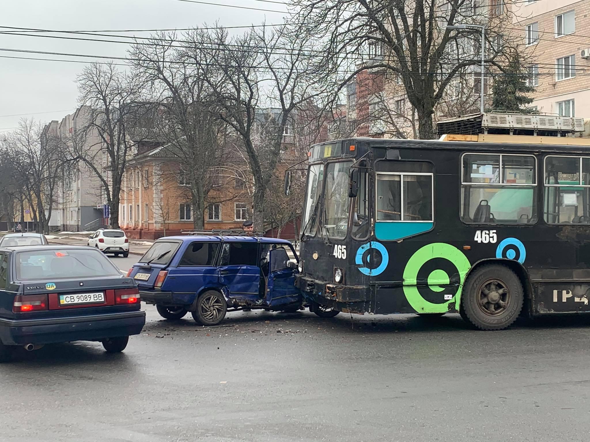 Біля міськради в Чернігові зіштовхнулися тролейбус та автівка (Фотофакт)