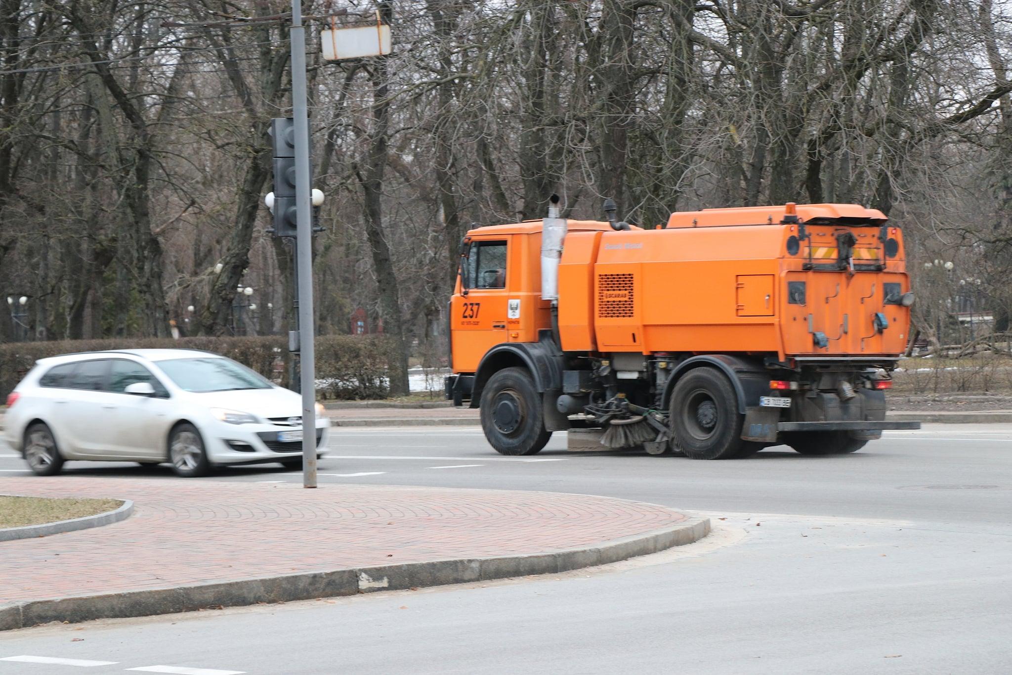 Комунальники Чернігова почали весняне генеральне прибирання міста (Фото)