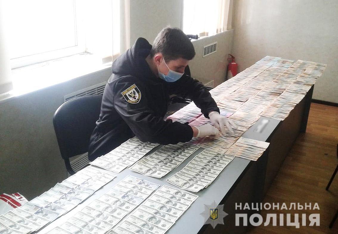 Поліцейські Чернігівщини затримали іноземця за продаж пенсіонеру за пів мільйона гривень несправжніх «царських монет» (Фото)