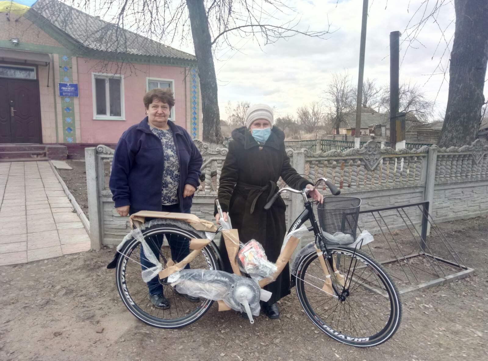 Прилуцьким соцпрацівницям і фельдшеркам ФАПів подарували нові велосипеди (Фото)