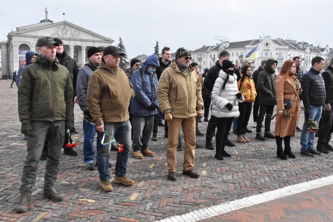 У Чернігові відбулося покладання квітів до меморіальних стел загиблим учасникам АТО/ООС та Героям Небесної Сотні (Фото)