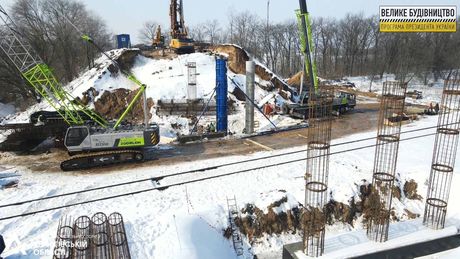 Мостовики виготовляють металеві конструкції для опор нового шляхопроводу біля Прилук (Фото)
