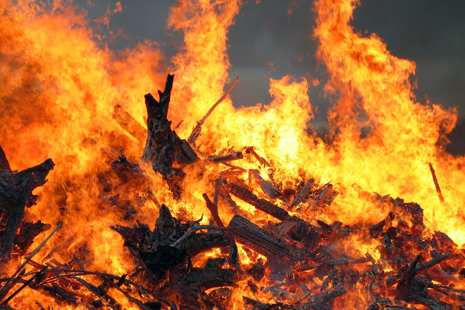 Midsummer_bonfire_closeup