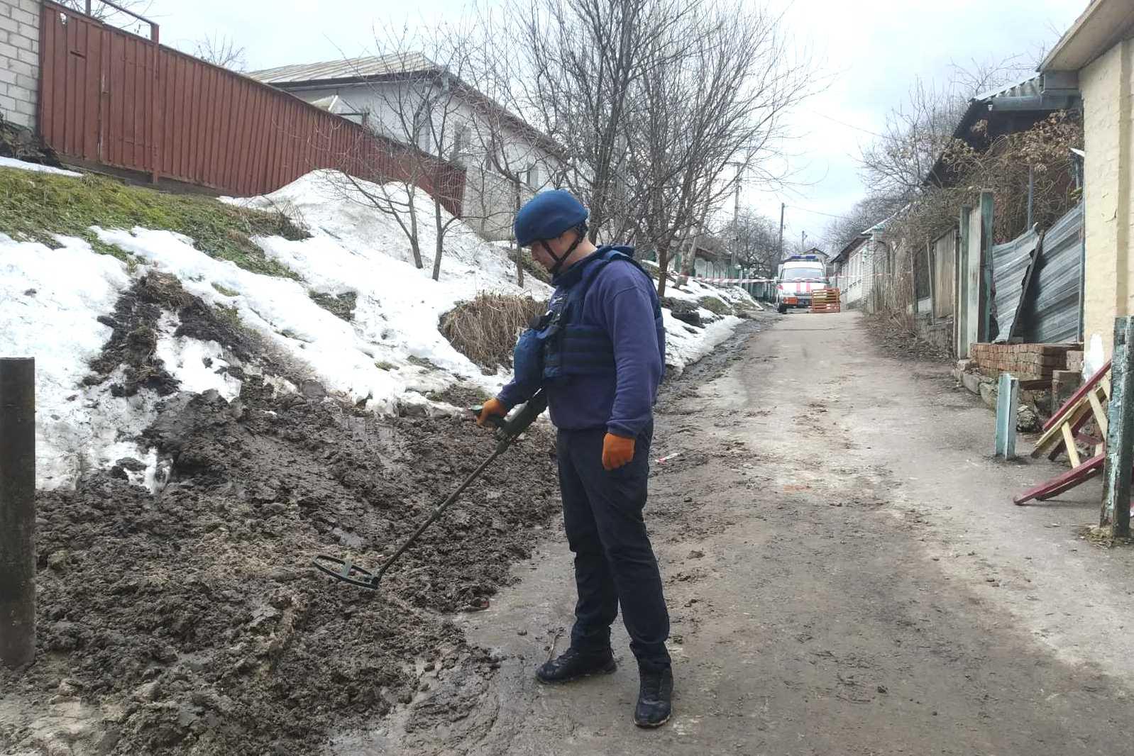 Аварійні розкопки: у Чернігові знайшли артилерійський снаряд (Фото)