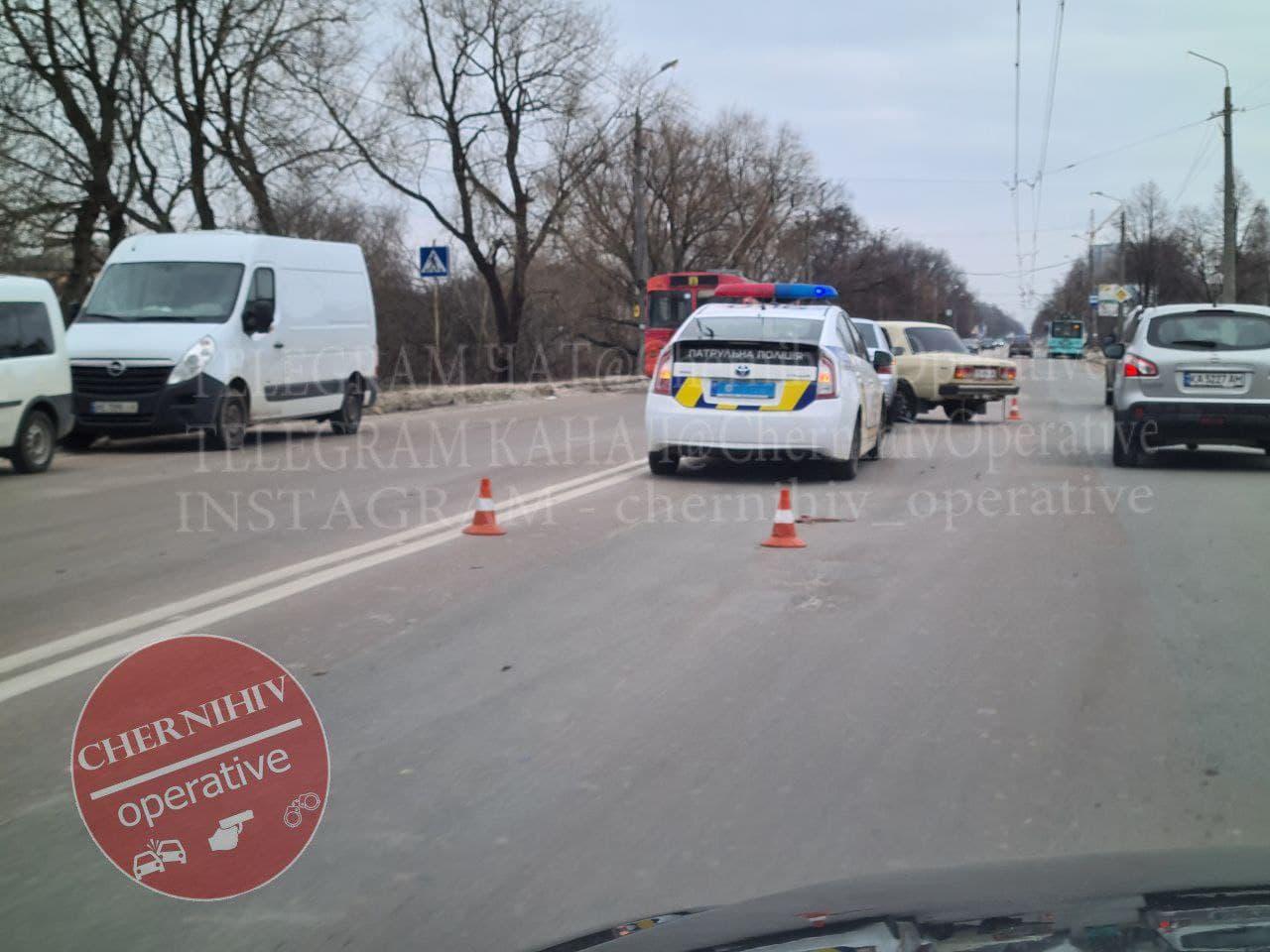 У Чернігові зіштовхнулися дві автівки (Фотофакт)