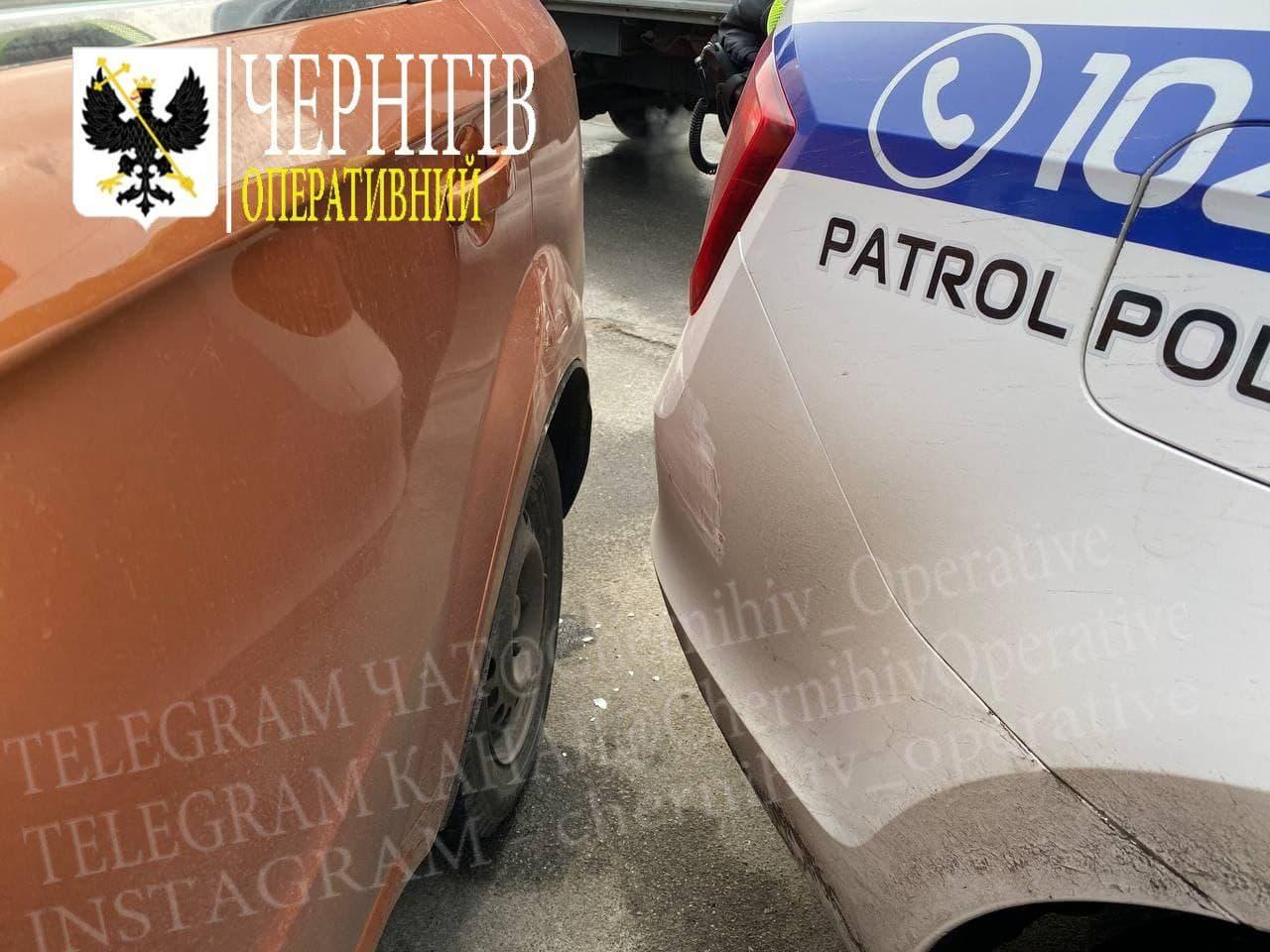 У Чернігові в ДТП потрапила патрульна машина (Фотофакт)