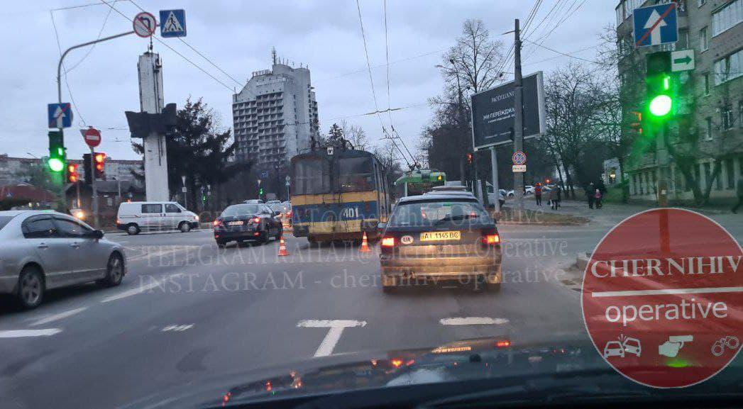 У Чернігові зіштовхнулися тролейбус та маршрутка (Фотофакт)
