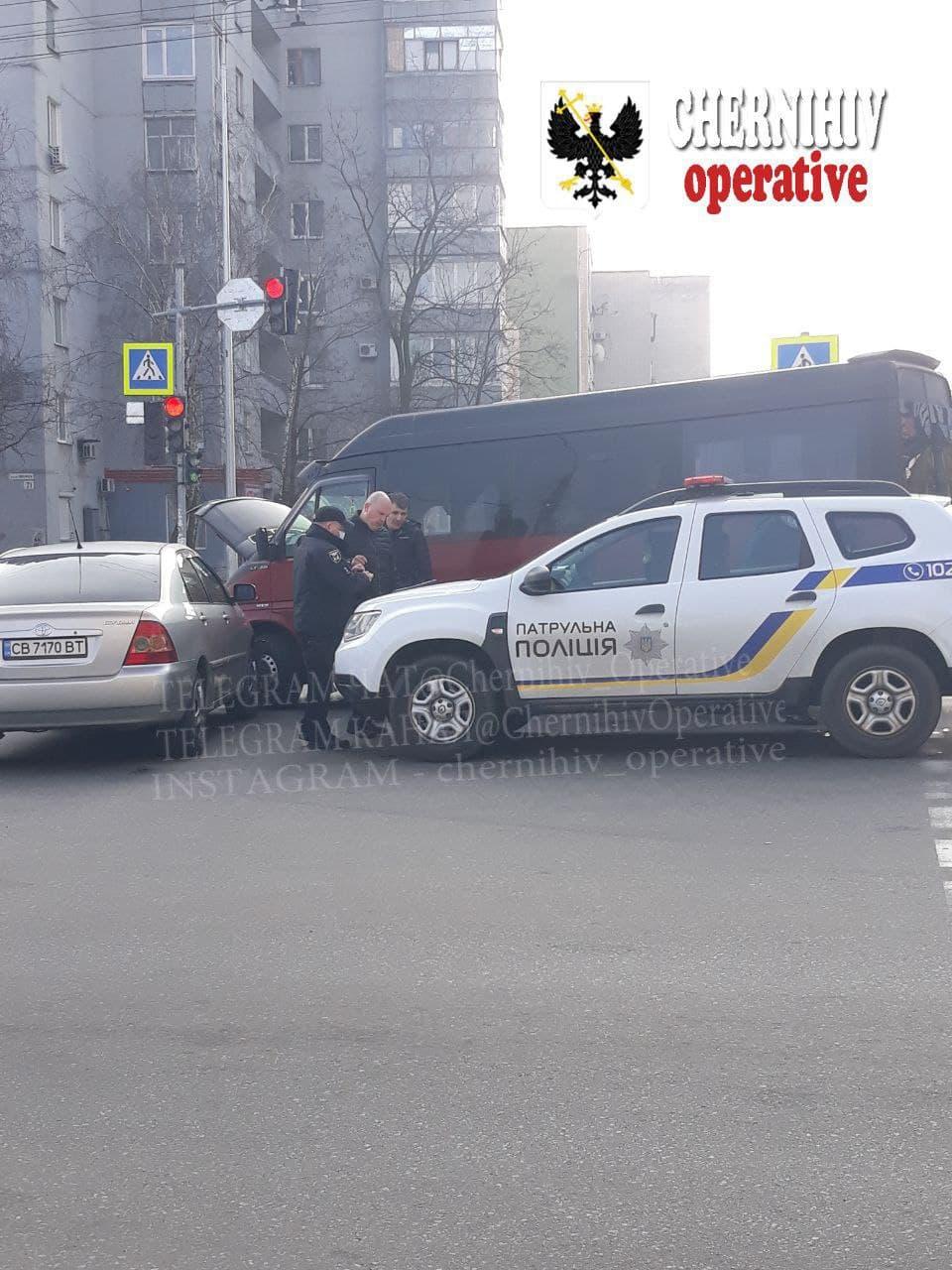 На проспекті у Чернігові не розминулися дві автівки (Фотофакт)