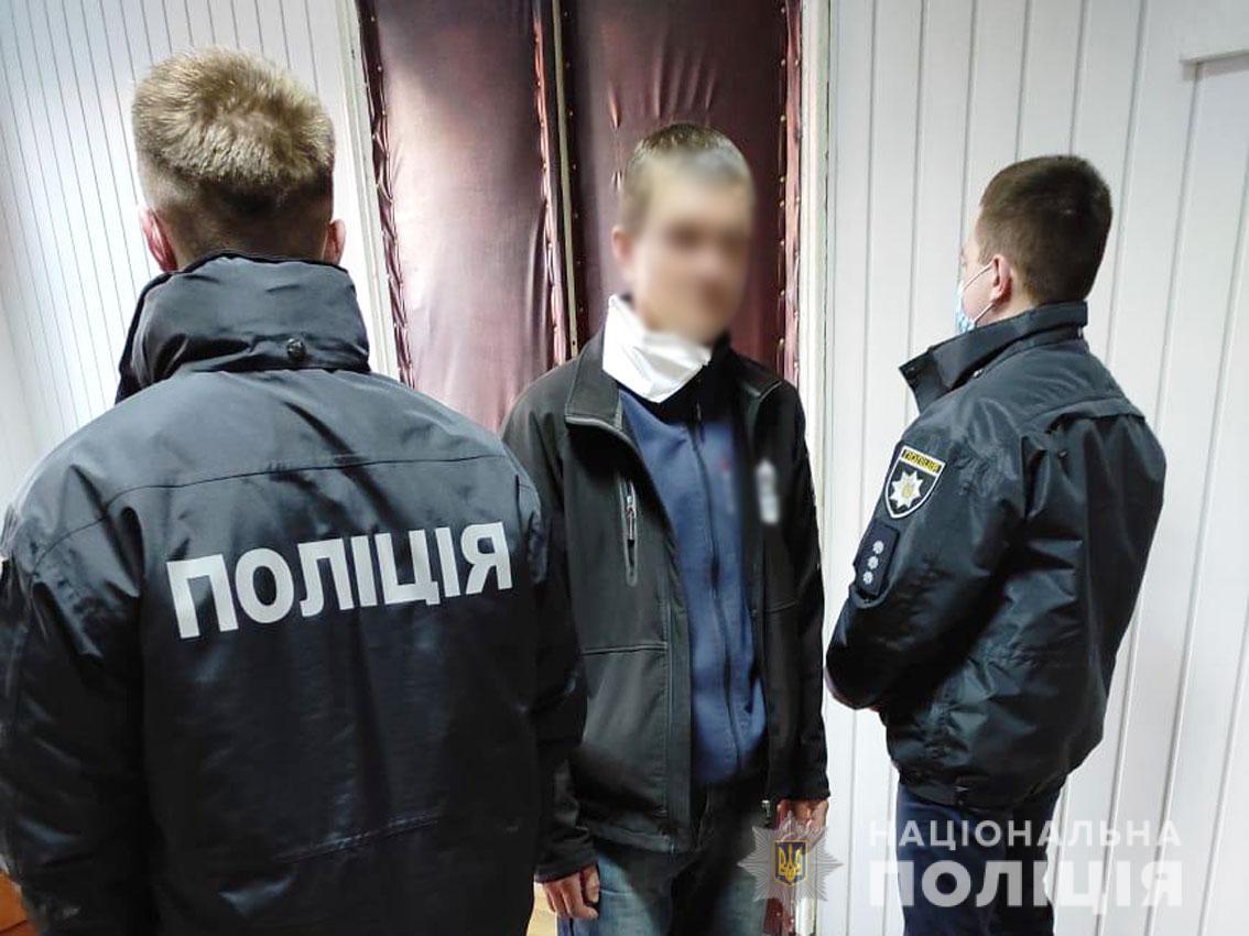 Прилуцькі поліцейські затримали особу за підозрою в пограбуванні (Фото)