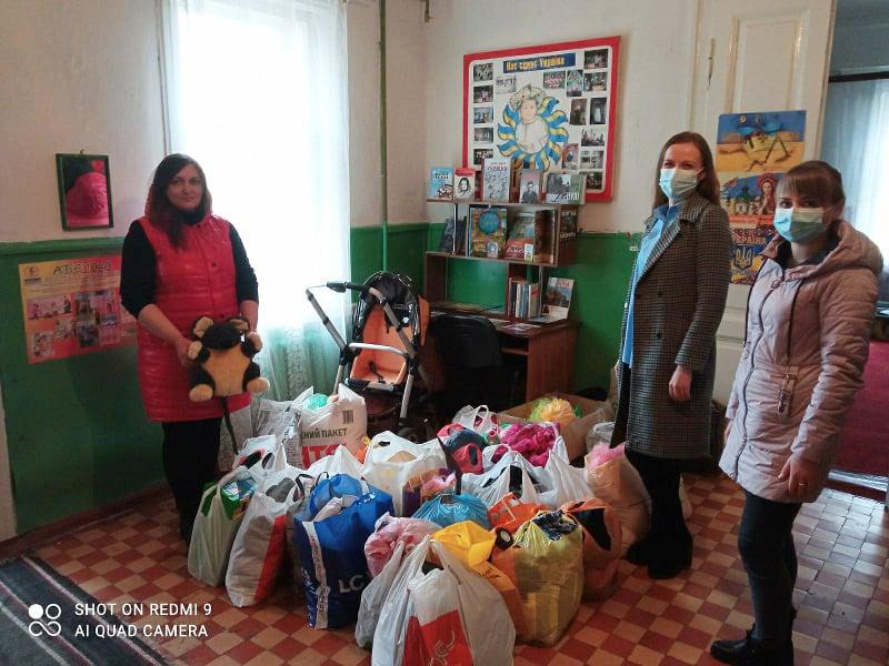 Учні Ічнянської гімназії збирали одяг і іграшки для дітей із сімей, які опинилися у складних обставинах