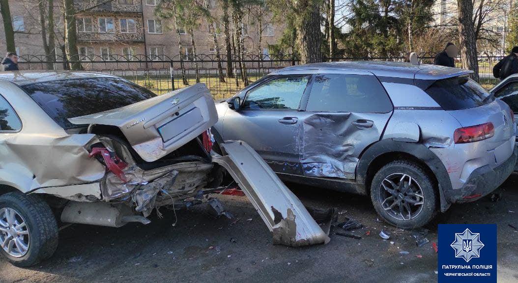 У Чернігові сталася ДТП за участі п'ятьох автівок (Фото)