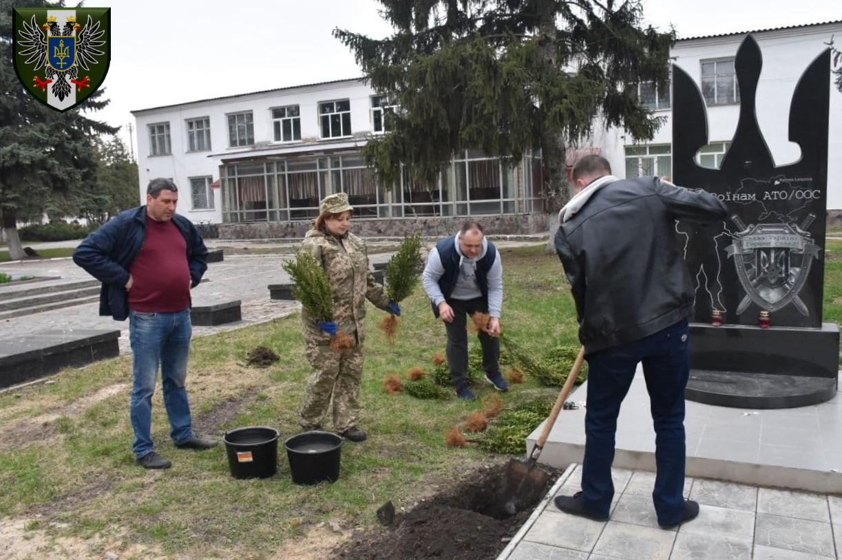 """У Куликівці привели до ладу територію біля пам'ятного знаку """"Воїнам АТО/ООС"""" (Фото)"""