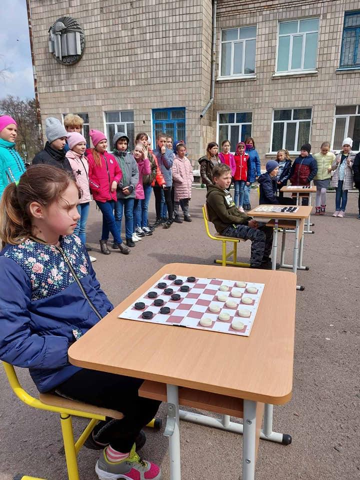 У школі на Чернігівщині учні грали у шашки з директором (Фото)