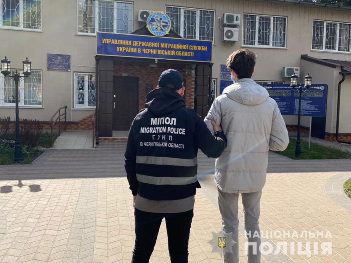 У Чернігові затримали молдованина, що оформлював незаконні кредити (Фото)