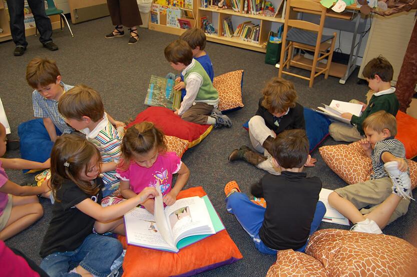 kids-reading-in-school_2