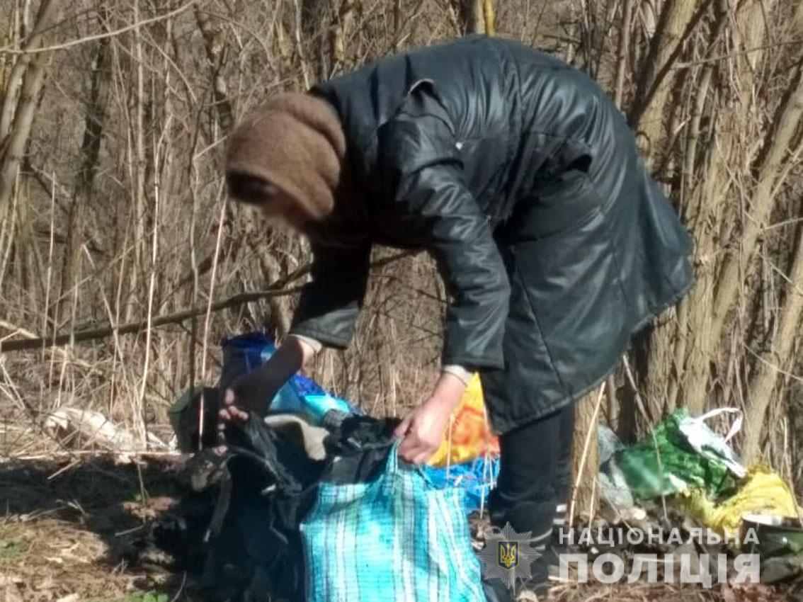 На Чернігівщині 50-річна жінка спаплюжила могили на кладовищі (Фото)