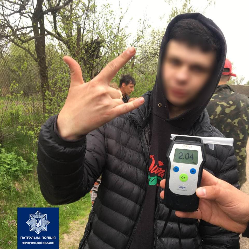 На Чернігівщині 20-річний хмільний водій зніс стовп і паркан (Фото)