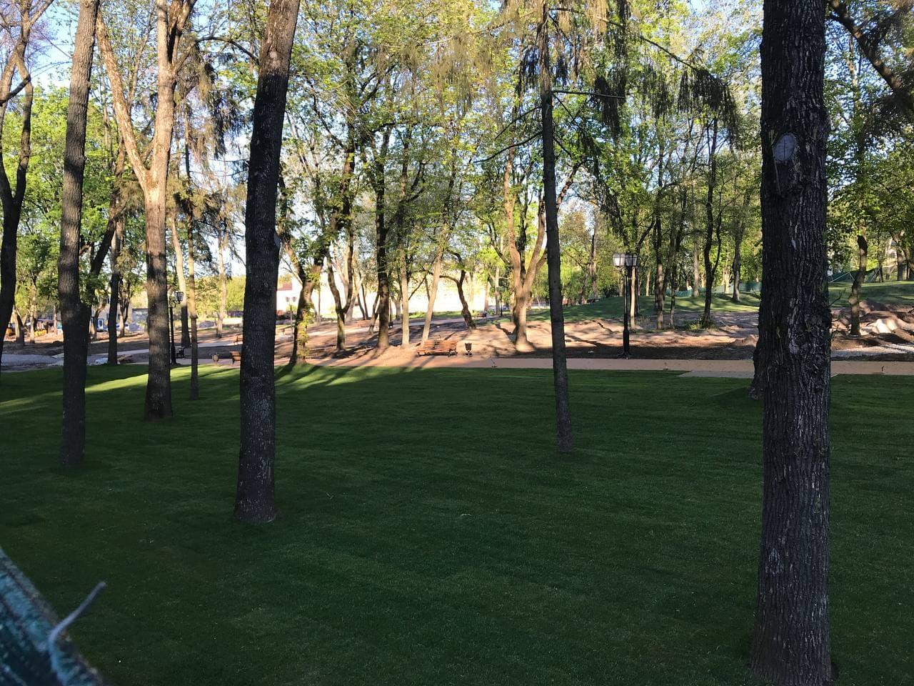 На чернігівському Валу почали укладати газон (Фотофакт)