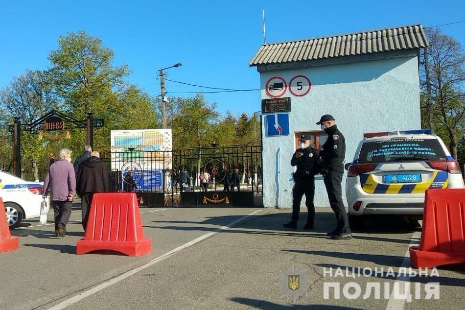 Як поліція Чернігівщини забезпечує публічну безпеку під час поминальних днів (Фото)