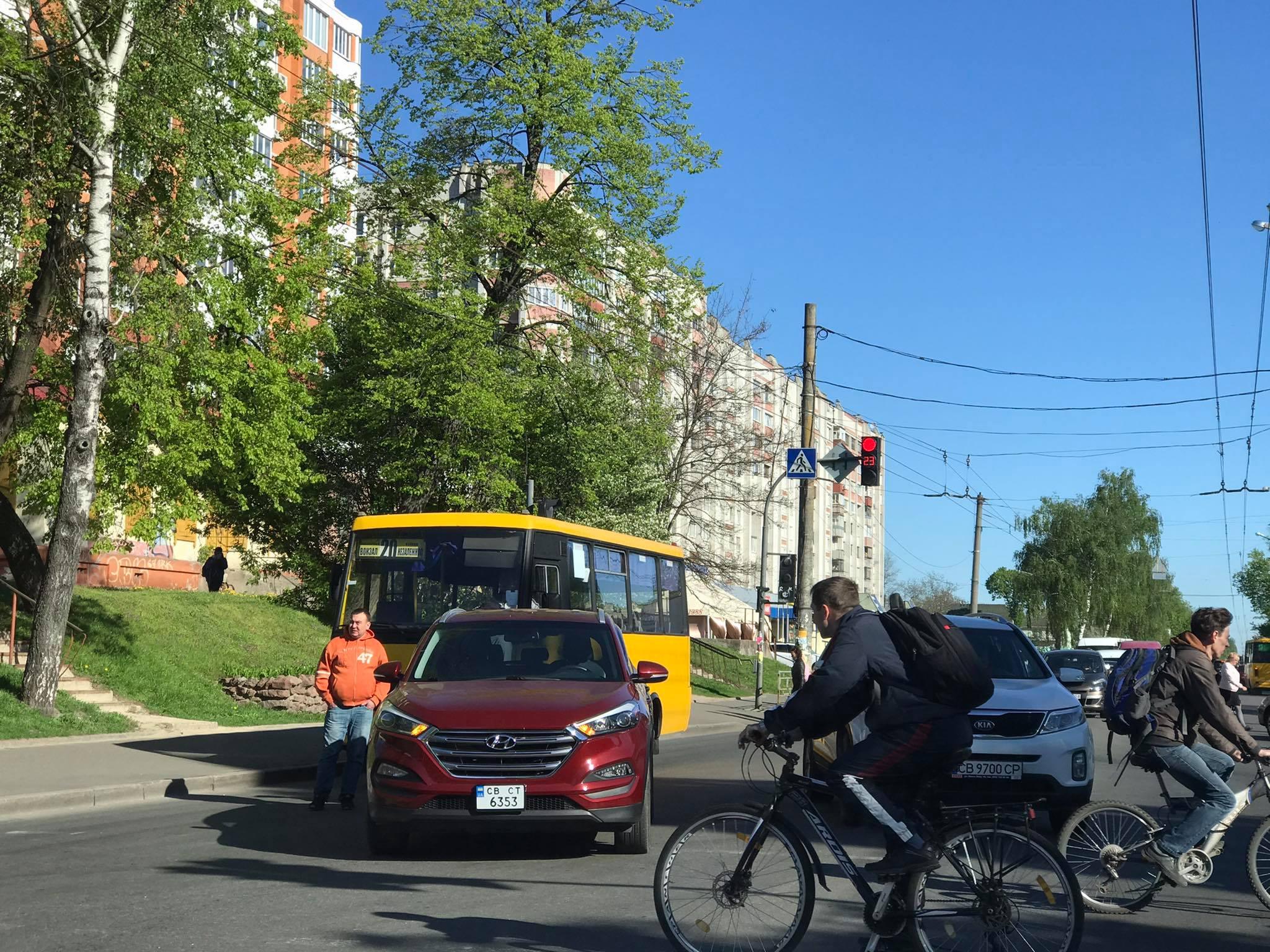 ДТП у центрі Чернігова: автівка зіштовхнулася із маршруткою (Фотофакт)