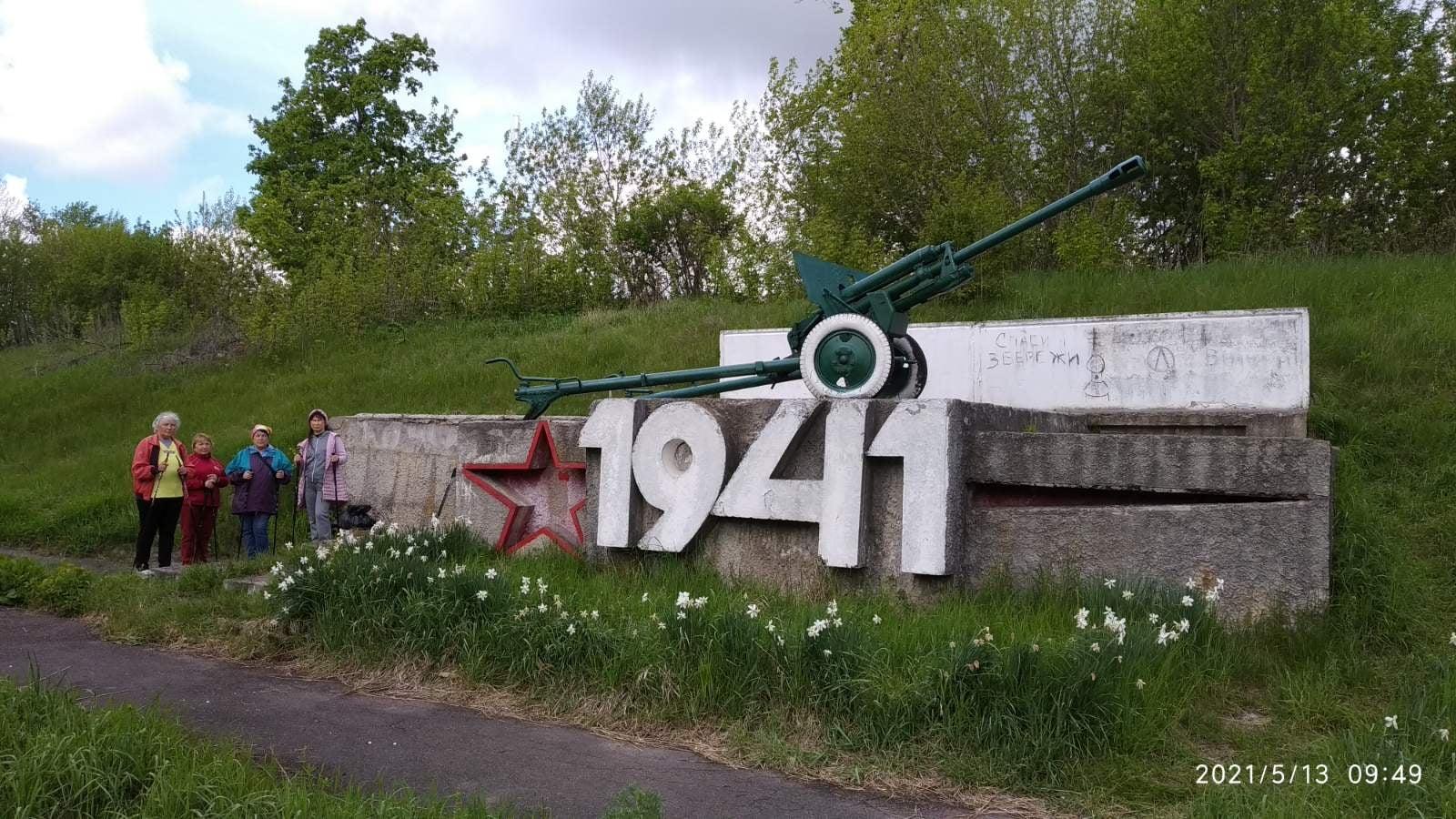 Пенсіонери-любителі скандинавської ходи з Батурина проклали маршрут призабутими місцями (Фото