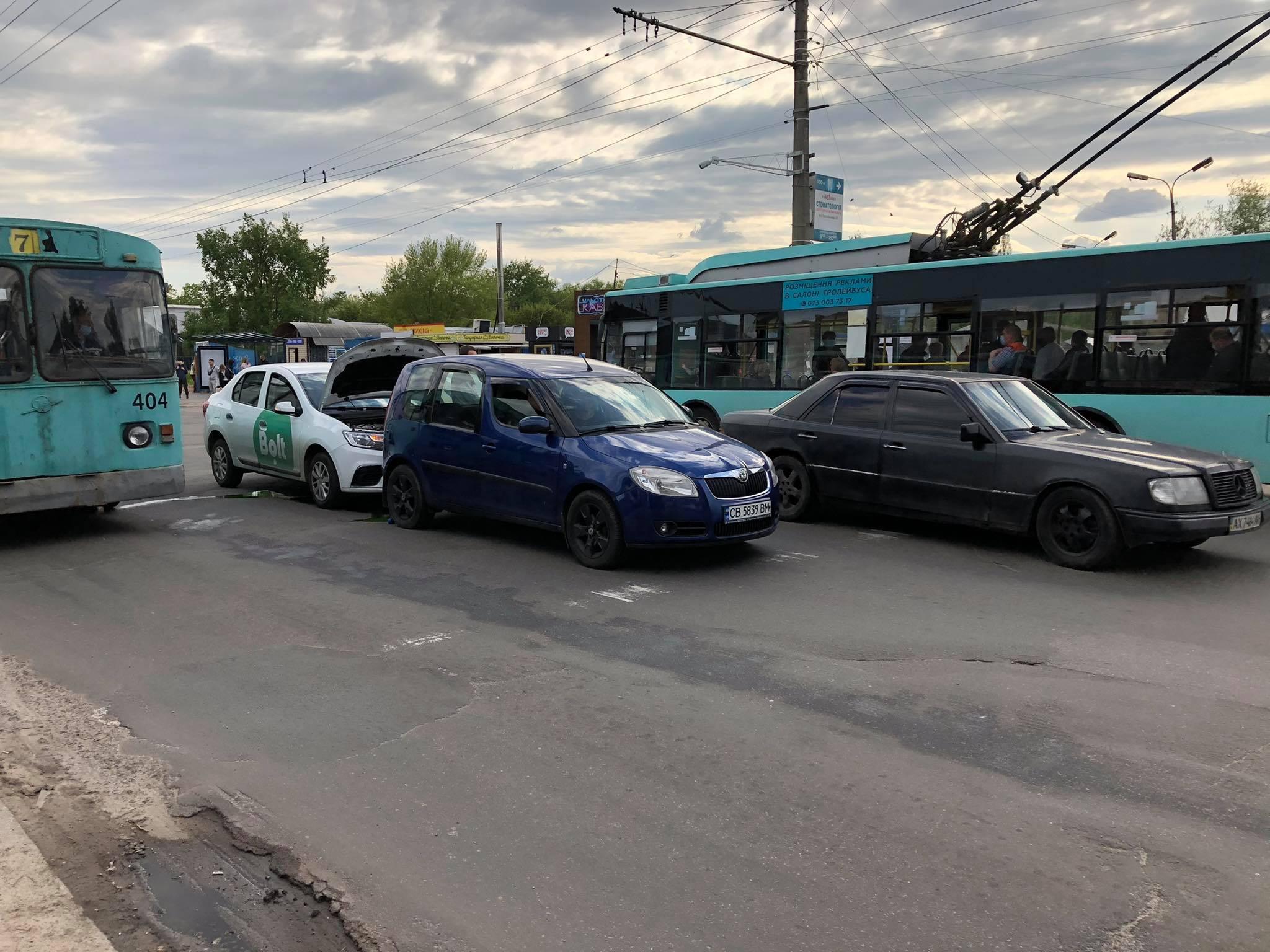 У Чернігові таксі потрапило у ДТП (Фотофакт)