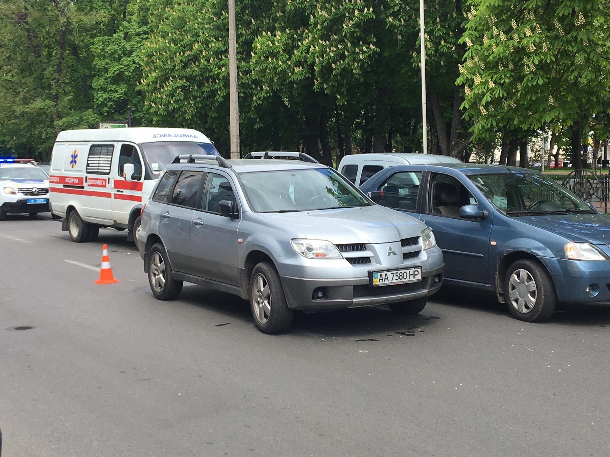 У центрі Чернігова сталася потрійна ДТП за участю «швидкої» (Фотофакт)