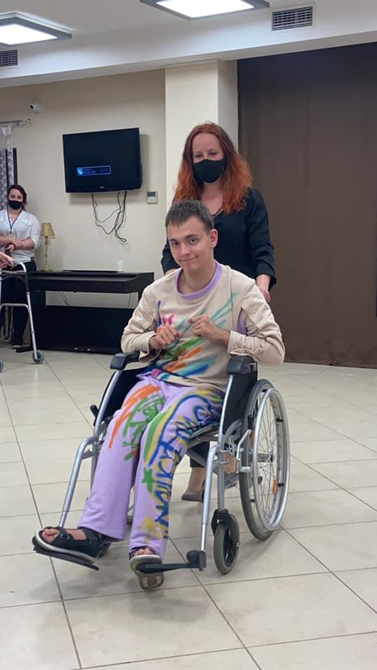У Чернігові створили першу колекцію одягу для підлітків на візках (Фото)