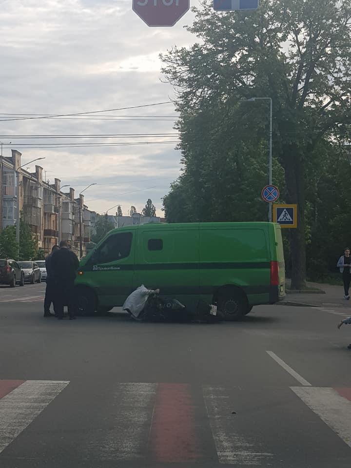 Біля чернігівської міськради мотоцикліст потрапив під колеса інкасаторів (Фотофакт)