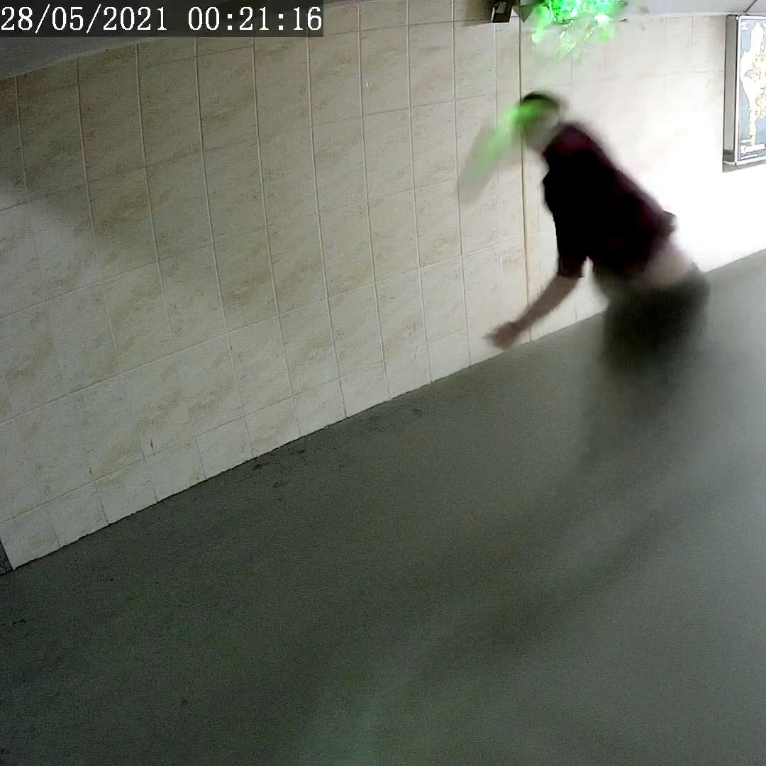 У Чернігові вандали пошкодили знак у підземному переході (Фото)