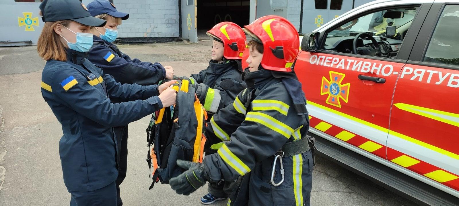 Чернігівські рятувальники допомогли двом школярам ознайомитися з професією мрії (Фото)