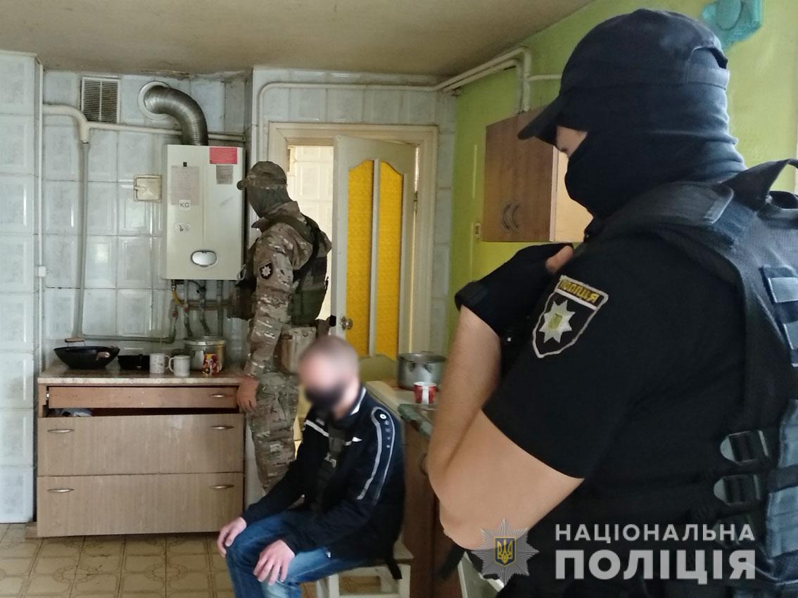 Утримували у «реабілітаційному центрі» два десятки людей: членам злочинного угрупування на Чернігівщині оголосили про підозру