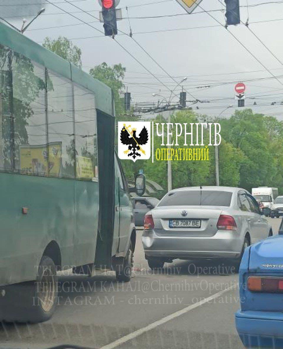 У Чернігові маршрутка в'їхала в легковик (Фотофакт)