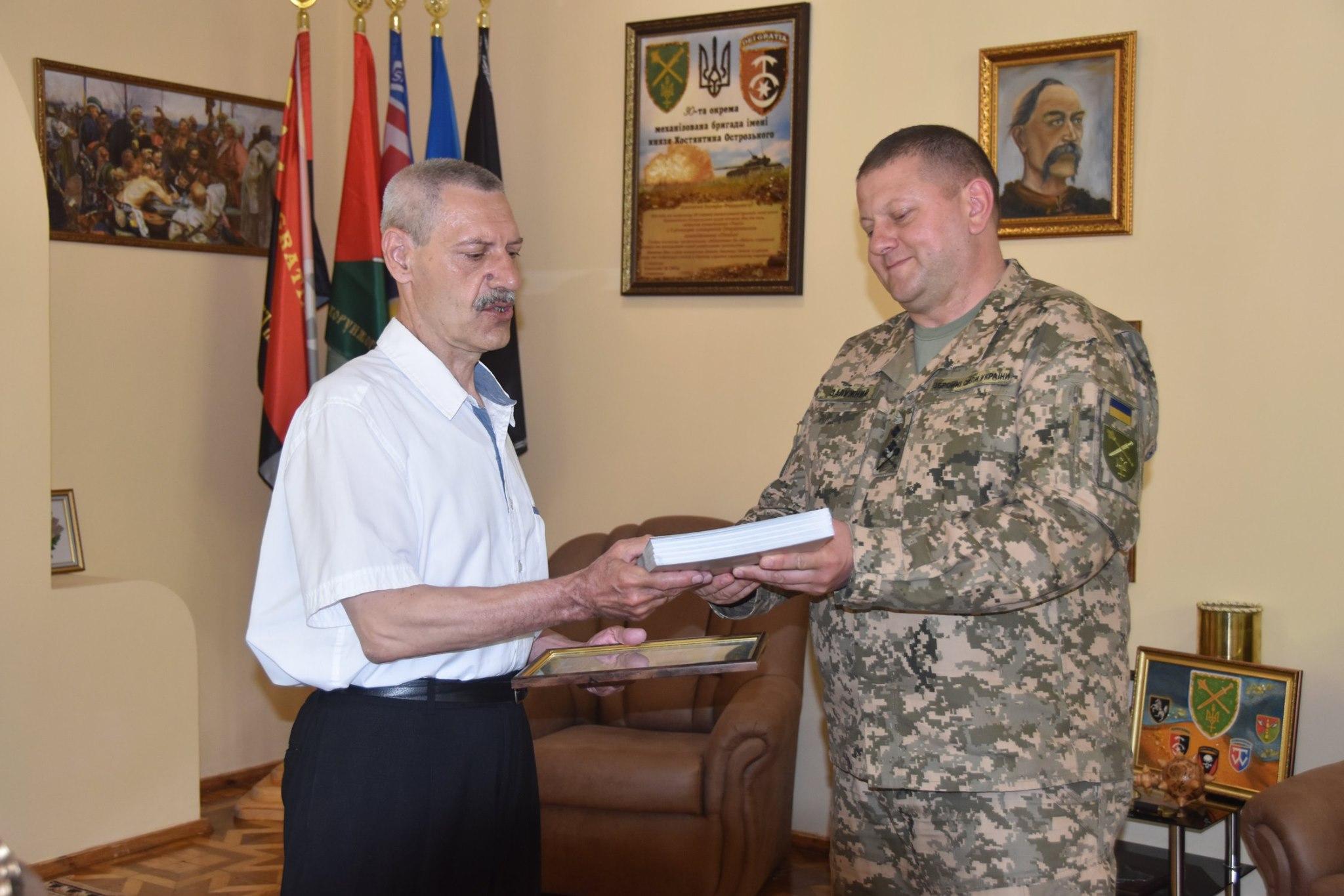 Чернігів: військові отримали видання від Інституту національної пам'яті й не тільки (Фото)